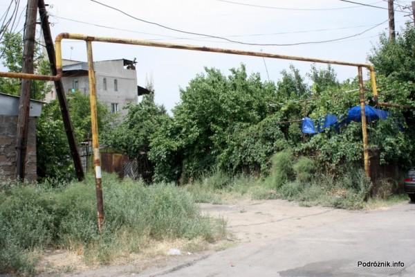 Armenia - Erewan - lipiec 2012 - rury gazowe na powierzchni