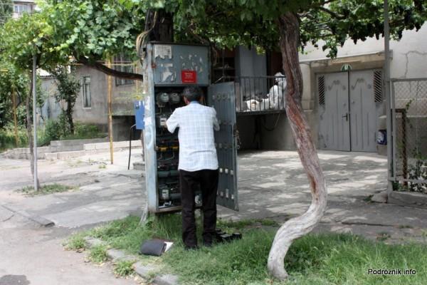 Armenia - Erewan - lipiec 2012 - monter przy licznikach energii