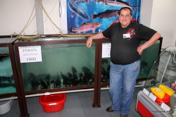 Armenia - Erewan - lipiec 2012 - sprzedawca w sklepie rybnym na tle akwarium