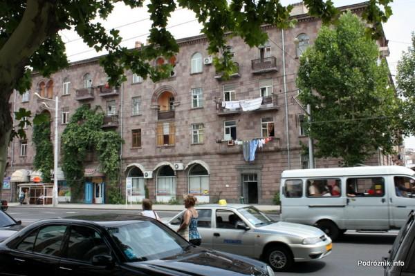 Armenia - Erewan - lipiec 2012 - mieszkania od ulicy z wywieszonym praniem