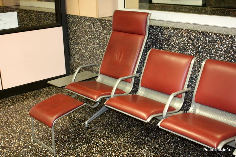 Włochy - Port lotniczy Mediolan-Malpensa - krzesła z podnóżkami - sierpień 2012