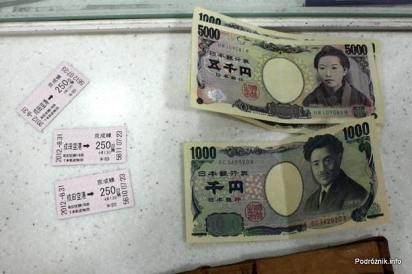 Japonia - Port lotniczy Tokio Narita - japońskie banknoty i bilety na pociąg do Narita City - sierpień 2012