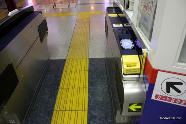 Japonia - Port lotniczy Tokio Narita - bramka w na stacji kolejowej - sierpień 2012