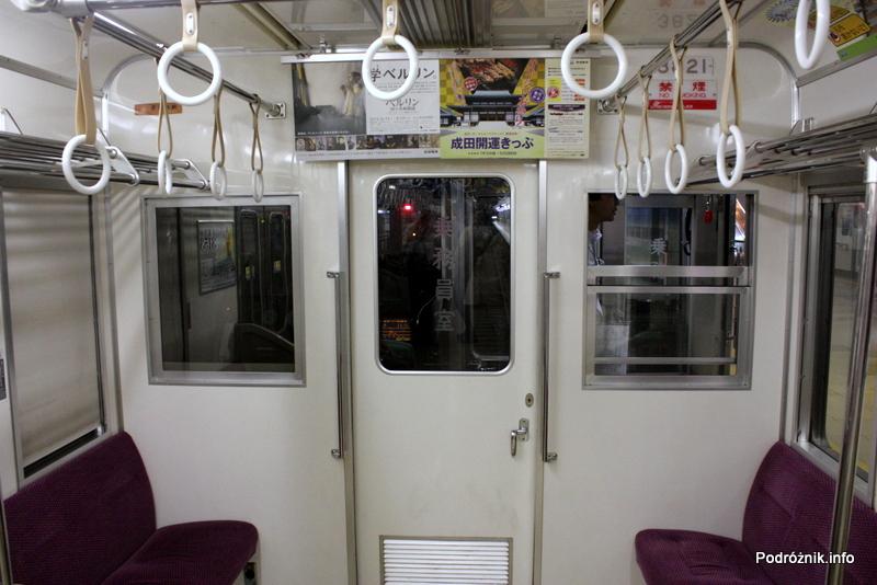Japonia - wnętrze wagonika kolejki z lotniska Tokio Narita do miasta Narita - sierpień 2012