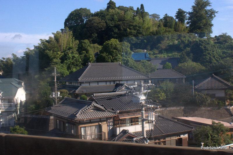 Japonia - widok z okna wagonika kolejki z lotniska Tokio Narita do miasta Narita - sierpień 2012