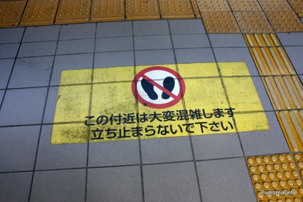 Japonia - Narita - oznaczenie na peronie gdzie nie należy stawać - sierpień 2012