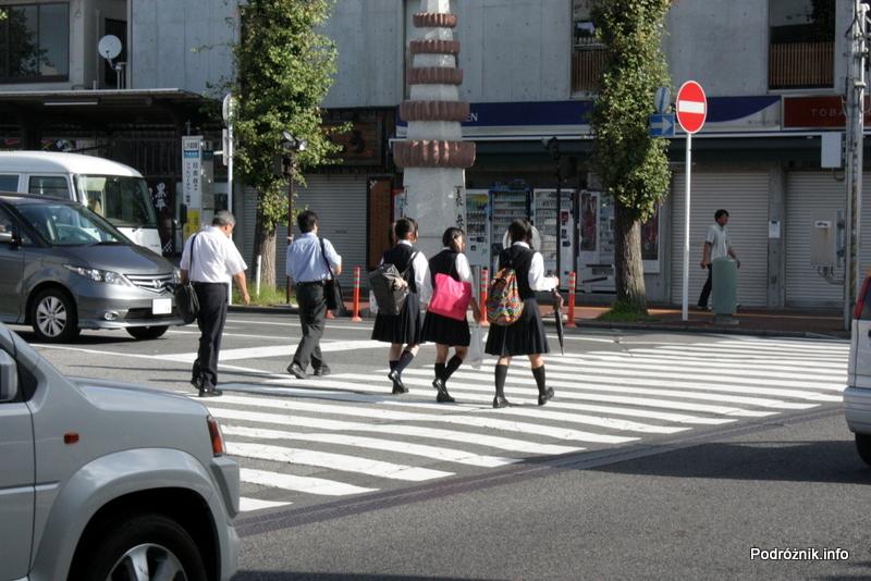 Japonia - Narita - przechodzące przez jezdnie uczennice w mundurkach - sierpień 2012