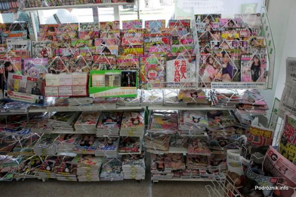 """Japonia - Narita - """"świerszczyki"""" zajmujące sporą część sklepu - sierpień 2012"""