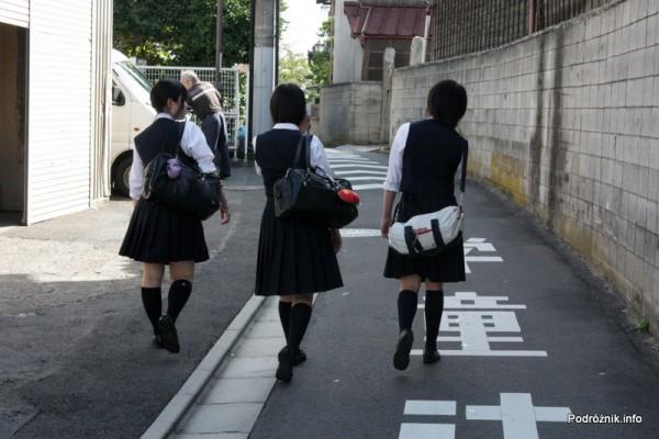 Japonia - Narita - uczennice w mundurkach - sierpień 2012