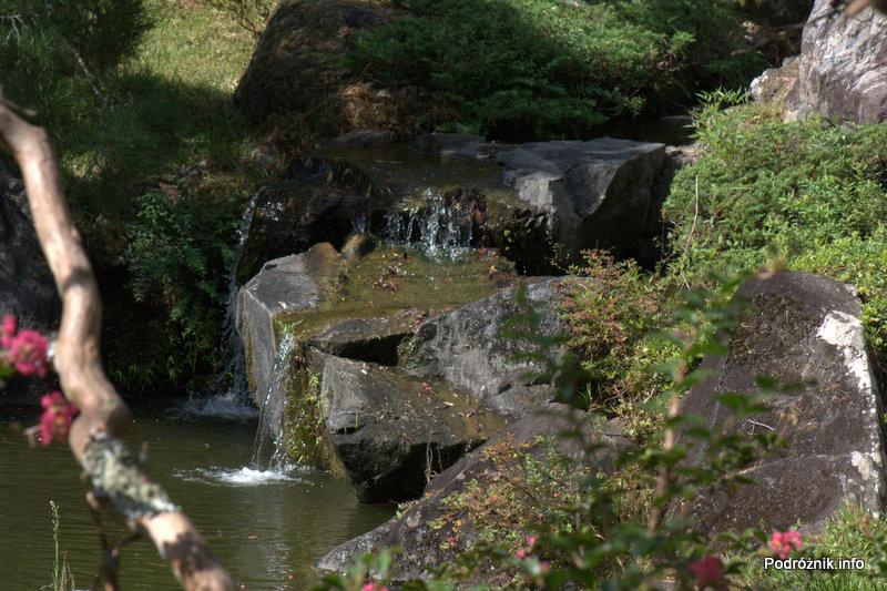 Japonia - Narita - wodospad w japońskim ogrodzie niedaleko Naritasan-Shinshoji Temple - sierpień 2012