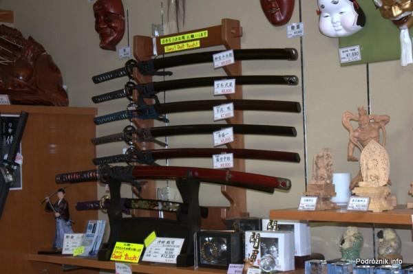 Japonia - Narita - japońskie miecze w sklepie - sierpień 2012