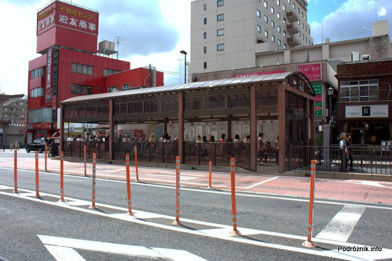 Japonia - Narita - kolejka na przystanku autobusowym - sierpień 2012