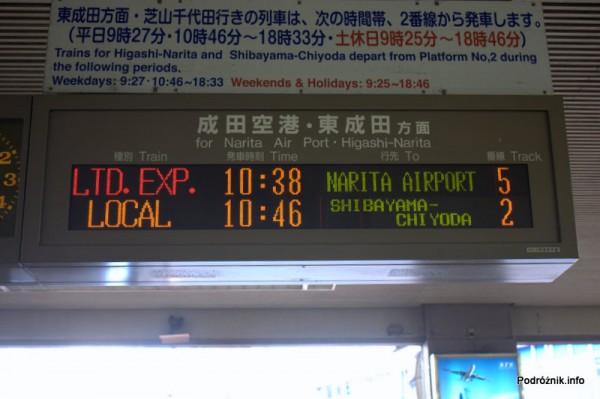 Japonia - Narita - dworzec kolejowy - tablica odjazdów po angielsku - sierpień 2012