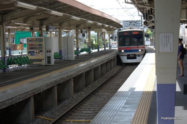 Japonia - Narita - pociąg Keisei wjeżdżający na dworzec - sierpień 2012