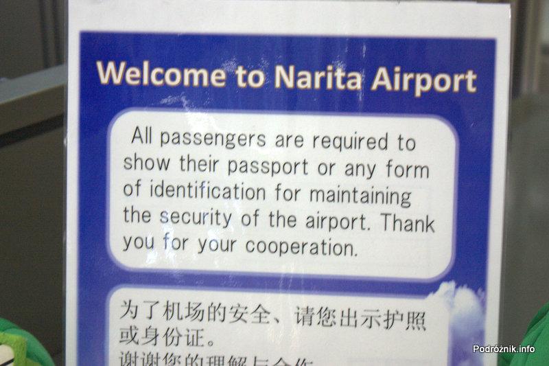 Japonia - Narita - tablica powiadamiająca o kontroli dokumentów przy wyjściu z metra przed wejściem na terminal - sierpień 2012