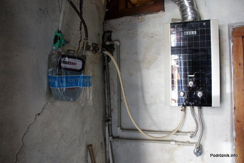 Gruzja - Tbilisi - sierpień 2012 - prowizoryczne podłączenie bojlera i licznika gazu