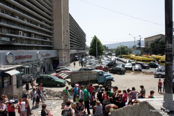 Gruzja - Tbilisi - sierpień 2012 - widok na parking lokalnych marszrutek, a za nimi parking przed dworcem głównym
