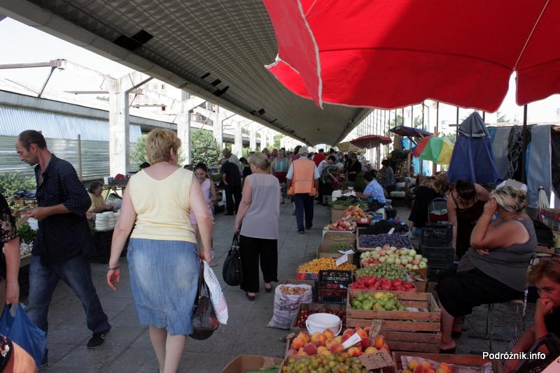 Gruzja - Tbilisi - sierpień 2012 - warzywa i owoce na peronie byłego dworca kolejowego