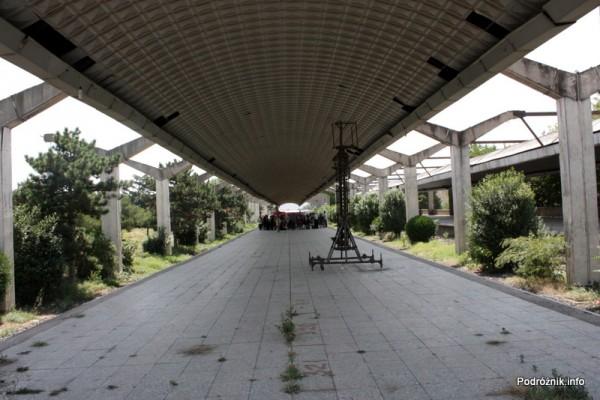 Gruzja - Tbilisi - sierpień 2012 - peron byłego dworca kolejowego zamieniony na targowisko