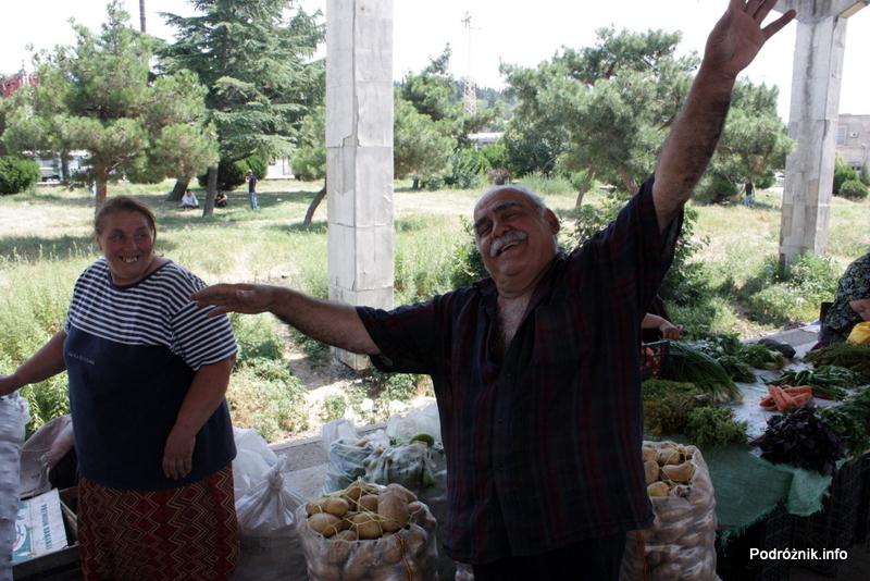 Gruzja - Tbilisi - sierpień 2012 - jeden z przemiłych sprzedawców na bazarze byłego dworca kolejowego