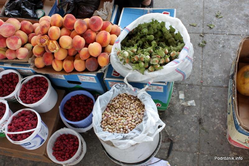 Gruzja - Tbilisi - sierpień 2012 - świeże maliny, brzoskwinie i orzechy laskowe oraz suszona fasola