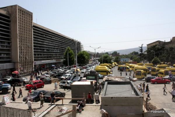 Gruzja - Tbilisi - sierpień 2012 - parking lokalnych marszrutek przed zapomnianym dworcem kolejowym