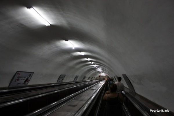 Gruzja - Tbilisi - sierpień 2012 - zjazd schodami ruchomymi na peron metra
