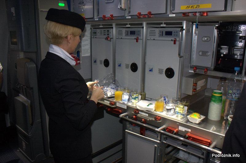 Polskie Linie Lotnicze LOT - Boeing 787 Dreamliner - SP-LRA - przednia kuchnia - przygotowanie drinków powitalnych