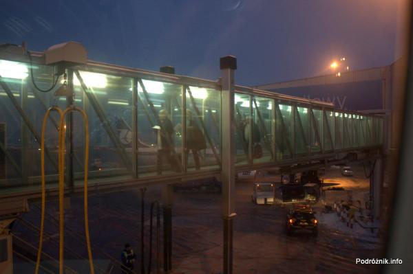 Rękaw i ostatni pasażerowie pierwszego komercyjnego rejsu Polskich Linii Lotniczych LOT do Pragi