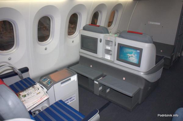 Polskie Linie Lotnicze LOT - Boeing 787 Dreamliner - SP-LRA - klasa biznes (Elite Club) - ekrany systemu rozrywki pokładowej (IFE)