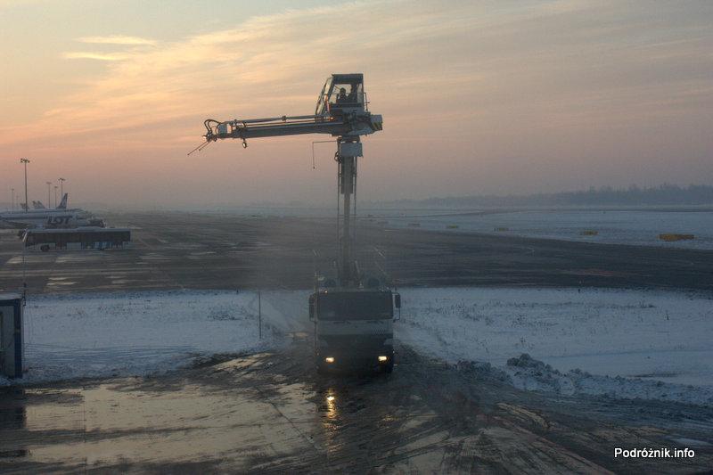 Polska - Warszawa - Lotnisko Chopina - widok z okna SP-LRA - maszyna do odladzania