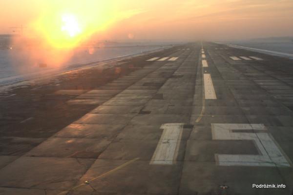 Polska - Warszawa - Lotnisko Chopina - widok z okna SP-LRA - droga startowa 15