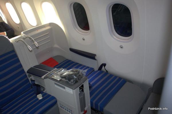 Polskie Linie Lotnicze LOT - Boeing 787 Dreamliner - SP-LRA -  rozłożony fotel do pozycji leżącej w klasie biznes (Elite Club) i test zaciemnienia okien