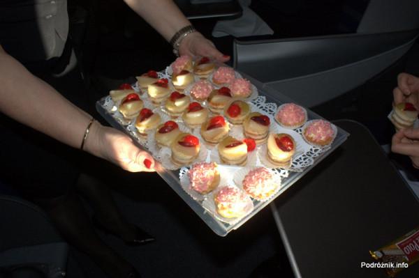 Pierwszy komercyjny przelot SP-LRA - klasa biznes - ciastka podawane przez szefową pokładu
