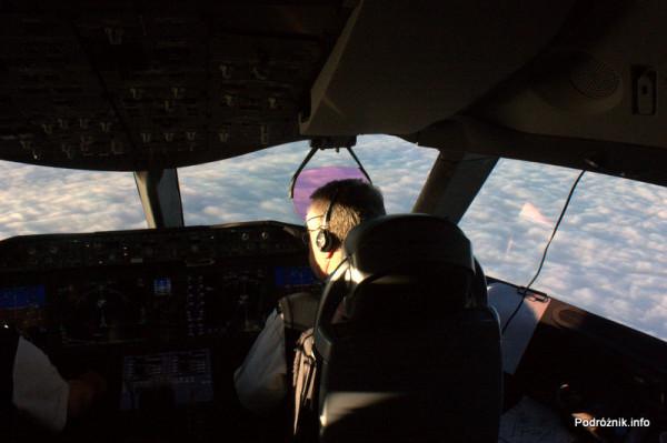Polskie Linie Lotnicze LOT - Boeing 787 Dreamliner - SP-LRA - kokpit podczas lotu - nad chmurami - prawy fotel