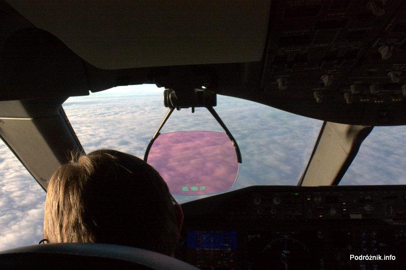 Polskie Linie Lotnicze LOT - Boeing 787 Dreamliner - SP-LRA - kokpit podczas lotu - nad chmurami - lewy fotel