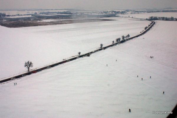Pierwszy komercyjny przelot SP-LRA - widok na spotterów przy drodze równoległej do pasa startowego
