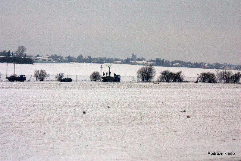 Pierwszy komercyjny przelot SP-LRA - widok na spotterów stojących na ciężarówce