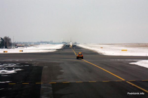 Pierwszy komercyjny przelot SP-LRA - Port lotniczy Praga imienia Vaclava Havla dawniej Port lotniczy Praga-Ruzyne - przed nami samochód Follow Me