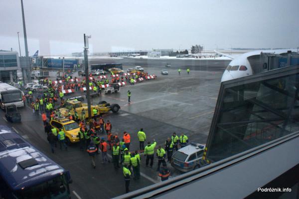 Pierwszy komercyjny przelot SP-LRA - Port lotniczy Praga imienia Vaclava Havla dawniej Port lotniczy Praga-Ruzyne - Spotterzy czekający na zrobienie zdjęć i wywiad z kapitanem