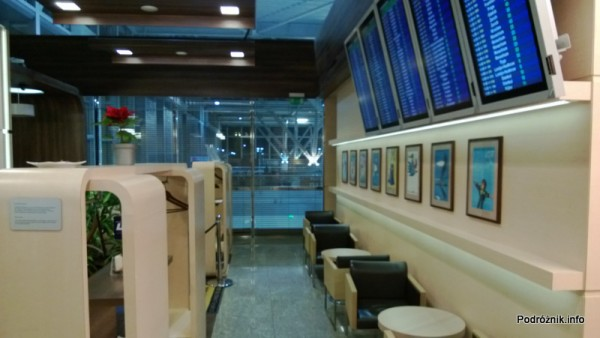 Polska - Warszawa - Lotnisko Chopina - LOT Business Lounge Polonez - grudzień 2012 - tablica odlotów, a za nią widok na halę odpraw