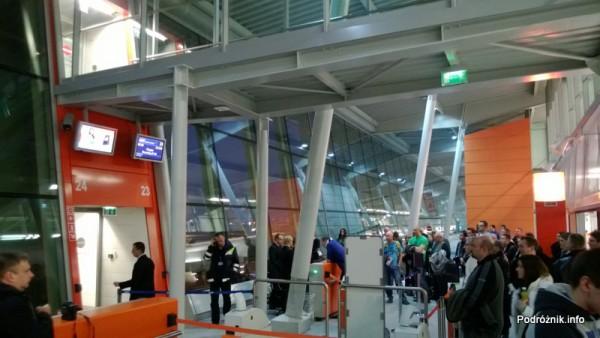 Polska - Warszawa - Lotnisko Chopina - Gate 23 - osoby oczekujące na wejście do samolotu