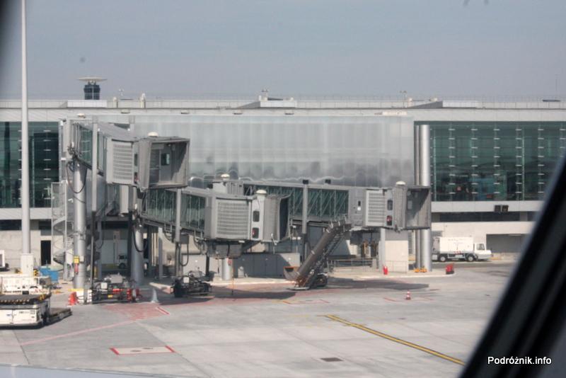 Lotnisko Paryż Charles de Gaulle (CDG) - widok na stanowisko z trzema rękawami do obsługi Super Jumbo i Jumbo Jet