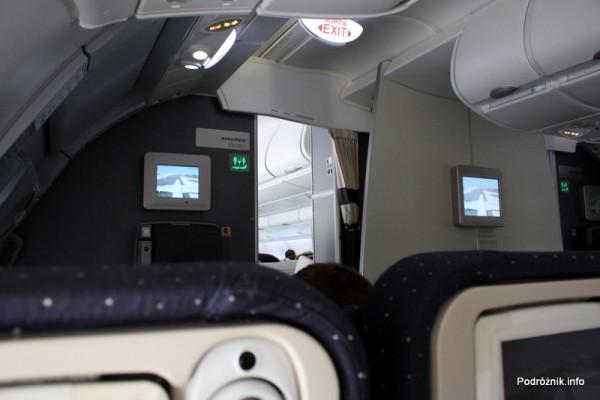 Air France - Airbus 380 - AF1980 - F-HPJB - małe monitory informacyjne na ściance oddzielającej klasę ekonomiczną od biznes