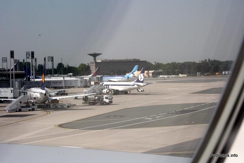 Lotnisko Paryż Charles de Gaulle (CDG) - Embraer 170 LOTu (SP-LDA) na płycie lotniska widziany z górnego pokładu Super Jumbo (F-HPJB)