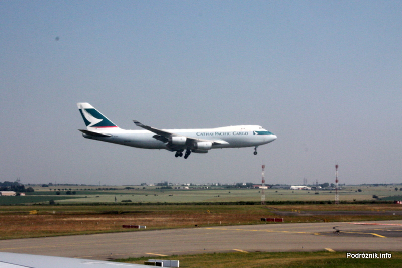 Lotnisko Paryż Charles de Gaulle (CDG) - czekamy ze startem aż wyląduje Jumbo Jet Cathay Pacific