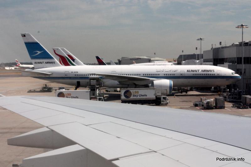 Lotnisko Londyn Heathrow - Boeing 777 Kuwait Airways widziany przez okno przed terminalem