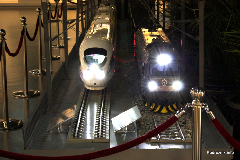 Chiny - Pekin - Muzeum Kolejnictwa - duża makieta dwóch pociągów z włączonymi światłami - kwiecień 2013