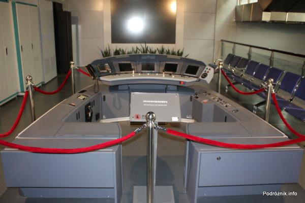 Chiny - Pekin - Muzeum Kolejnictwa - wnętrze kabiny maszynisty nowoczesnego pociągu bez kabiny - kwiecień 2013