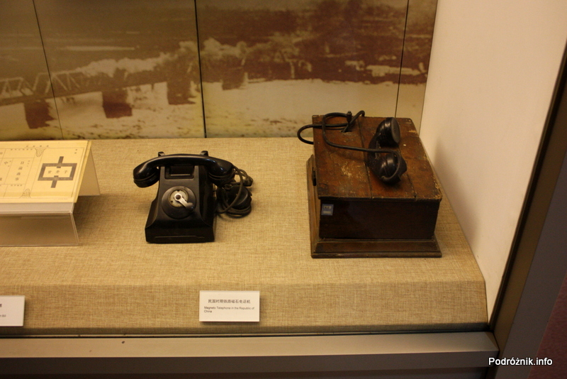 Chiny - Pekin - Muzeum Kolejnictwa - stare kolejowe aparaty telefoniczne - kwiecień 2013